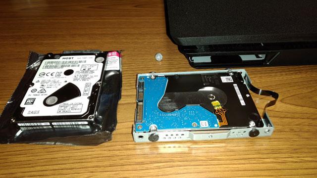 テープ? らしき持ち手を引っ張ってHDDを取り出す